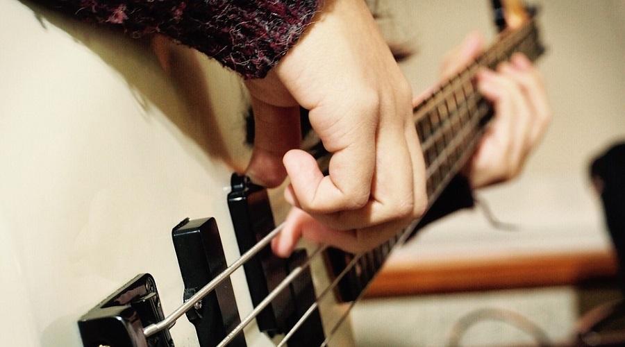 弾き方の基礎の謎!なぜベース指弾きの右手のフォームは斜めが基本?
