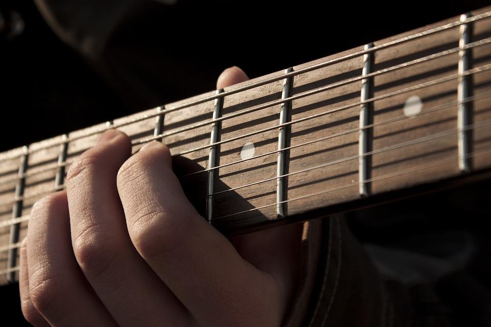 坂口健太郎がmiwaと映画君と100回目の恋でギター!弾けるの?