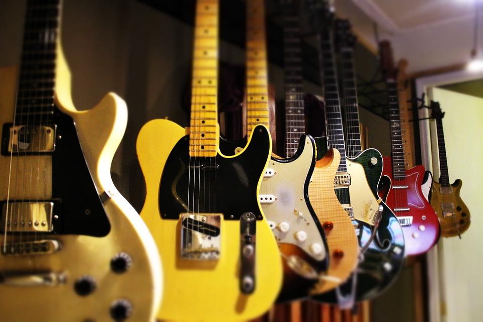 値段安いしベースに優しい!条件合えば万能な壁掛け式ギタースタンド